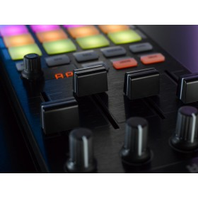 Native Instruments Traktor Kontrol F1 Pro DJ Software Controller kanaal faders en pads