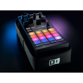 Native Instruments Traktor Kontrol Bag met een F1 er in ter illustratie