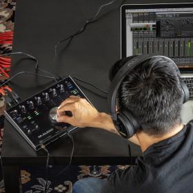 M-Audio M-Track 8x4M - 8-In/4-uit 24-bit / 192kHz USB Geluidskaard en MIDI Interface live opstelling