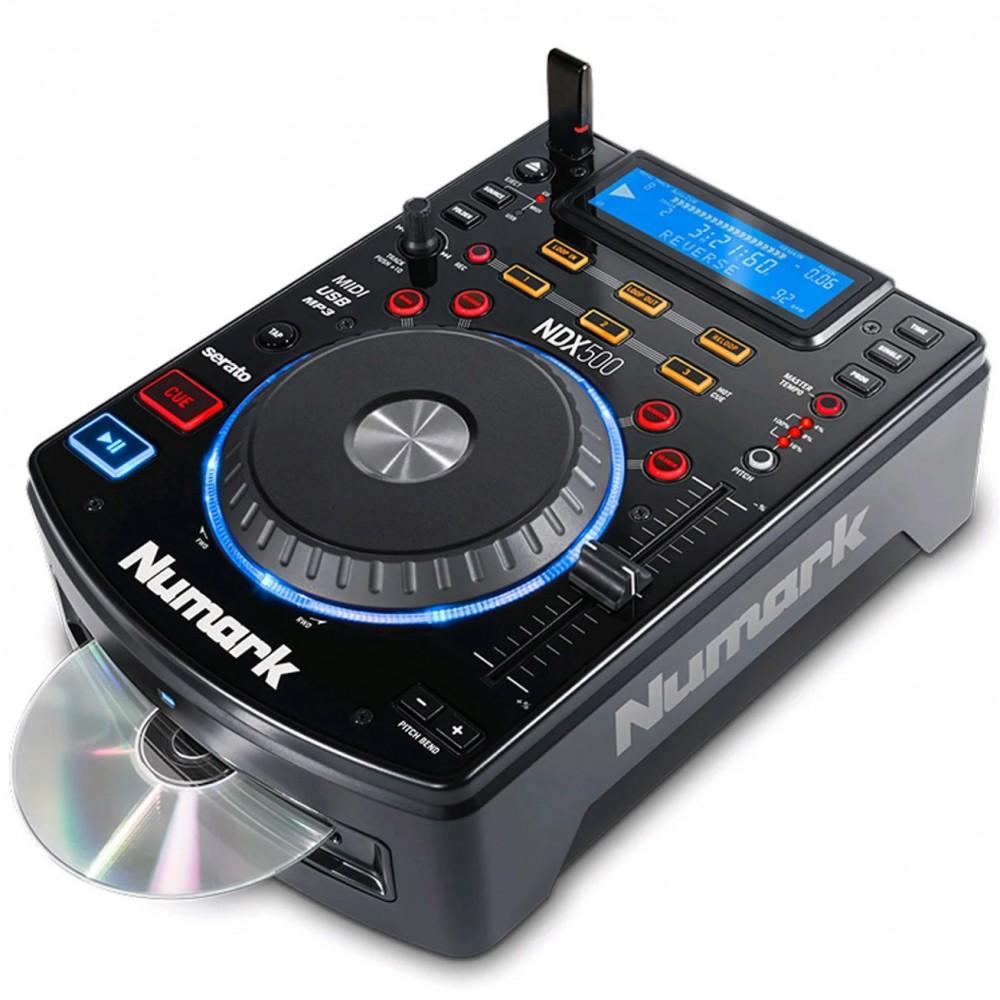 Numark NDX500 USB/CD Media Player en DJ Software Controller - schuin met cd en usb